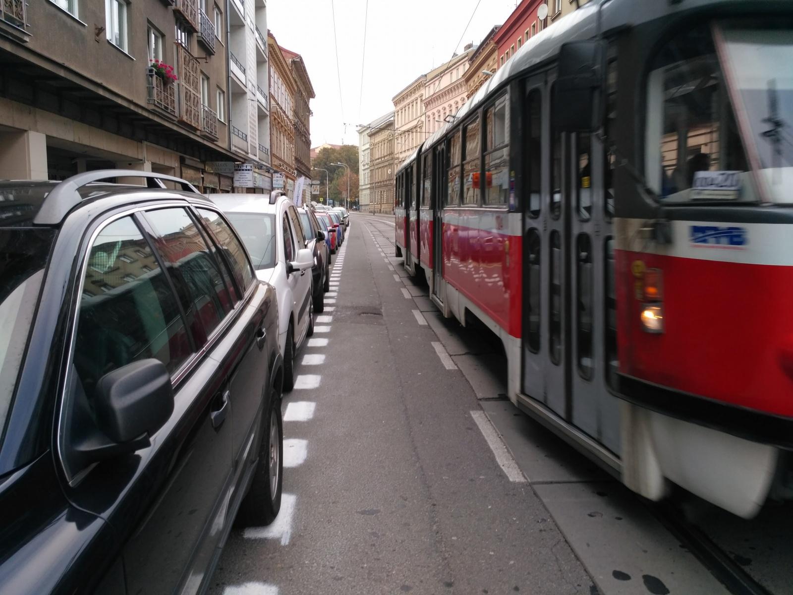 Parkování na Údolní. Užitek pro pár desítek, nebezpečí pro stovky
