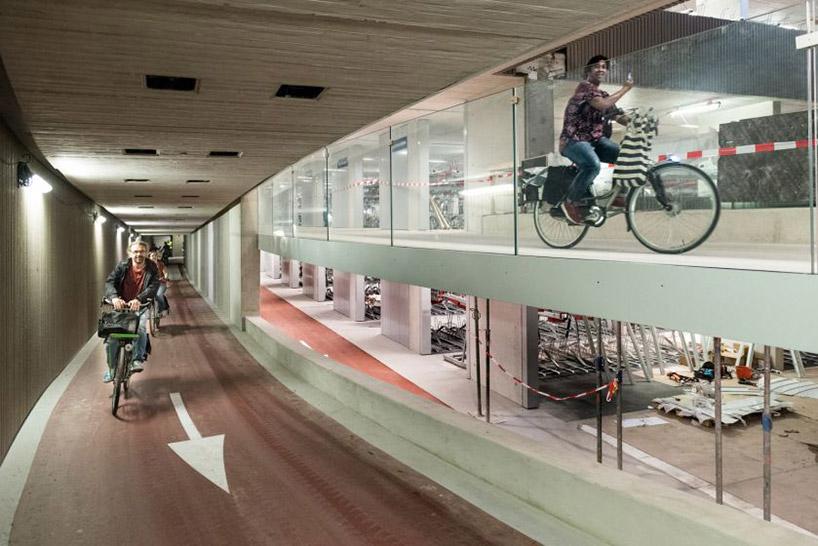 Největší parkovací dům pro kola otevírá v Utrechtu